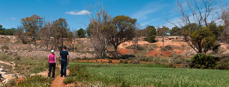 Senderistas en la Foia Roja, Sierra de Santa Pola